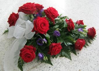 tummanpunainen-ruusu-ja-lila-eustoma-001